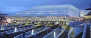 Non, ce n'est pas un vaisseau spatial, c'est la nouvelle gare des Guillemins à Liège, oeuvre de l'architecte espagnol Santiago Calatrava, un des grands représentants de l'architecture contemporaine. Il a dessiné la gare de Lyon, celle de Lisbonne ou encore la plateforme multimodale à New York sur le site de Ground Zero.